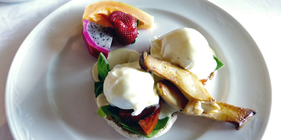 Eggs Benedict, Ripplecove Lakefront Hotel, Ayer's Cliff, in the Eastern Townships, Québec, Canada