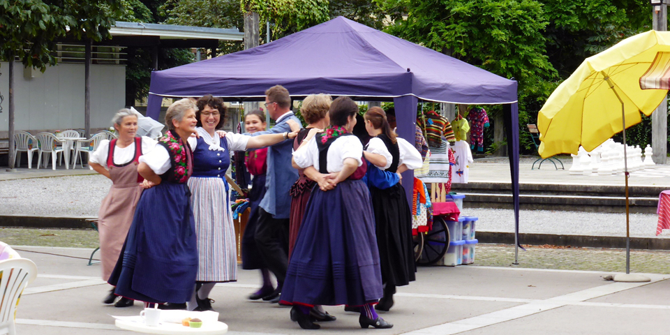 Traditional dancers at the farmers' market in Meiringen.